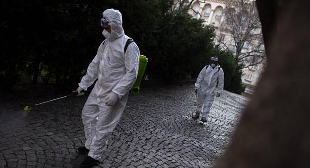 Czipowanie i pandemia Billa Gatesa. Bułgarzy masowo wierzą w teorie spiskowe o SARS-CoV-2