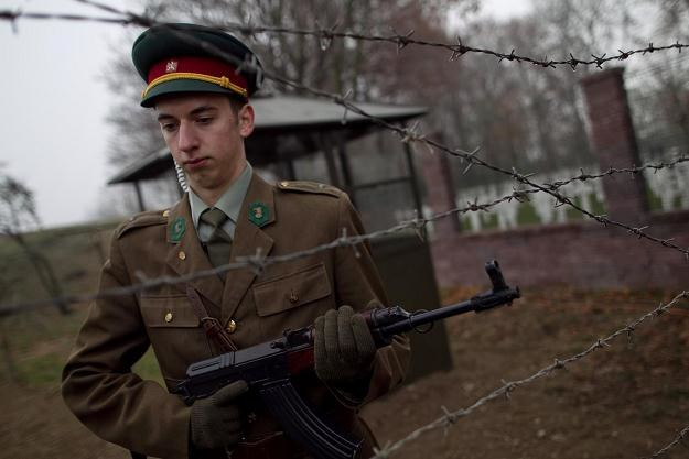 Członek grupy rekonstrukcyjnej przebrany za czechosłowackiego pogranicznika /AFP