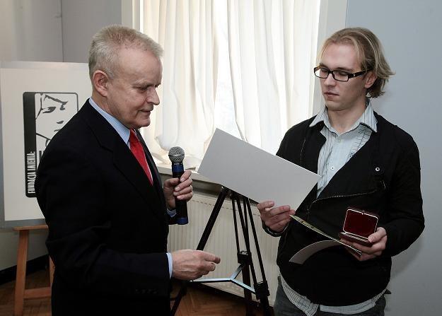 Członek kapituły Paweł Bożyk gratuluje laureatowi Mateuszowi Waldkowi / fot.Tomasz Gzell /PAP