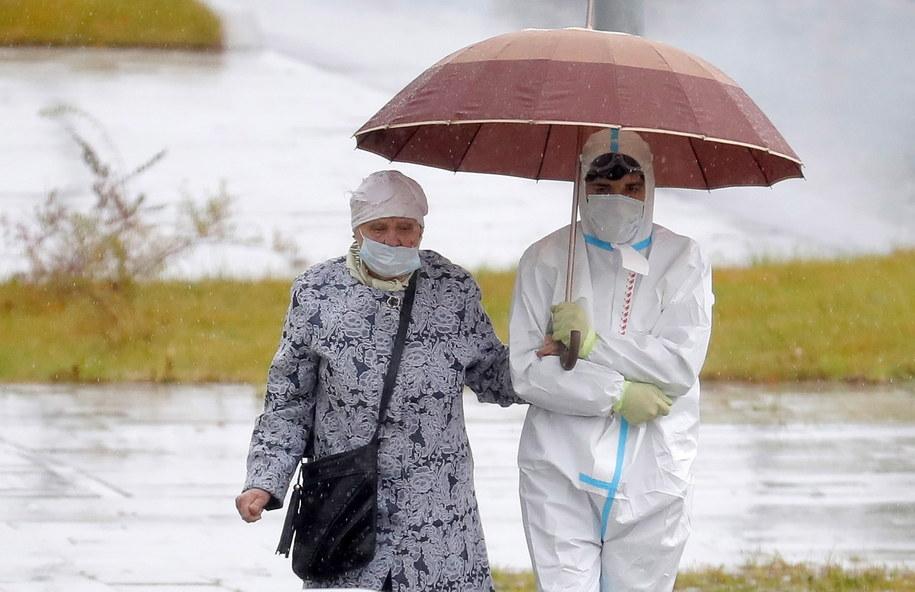 Członek personelu medycznego i pacjentka na terenie szpitala dla chorych na Covid-19 w Moskwie /MAXIM SHIPENKOV    /PAP/EPA
