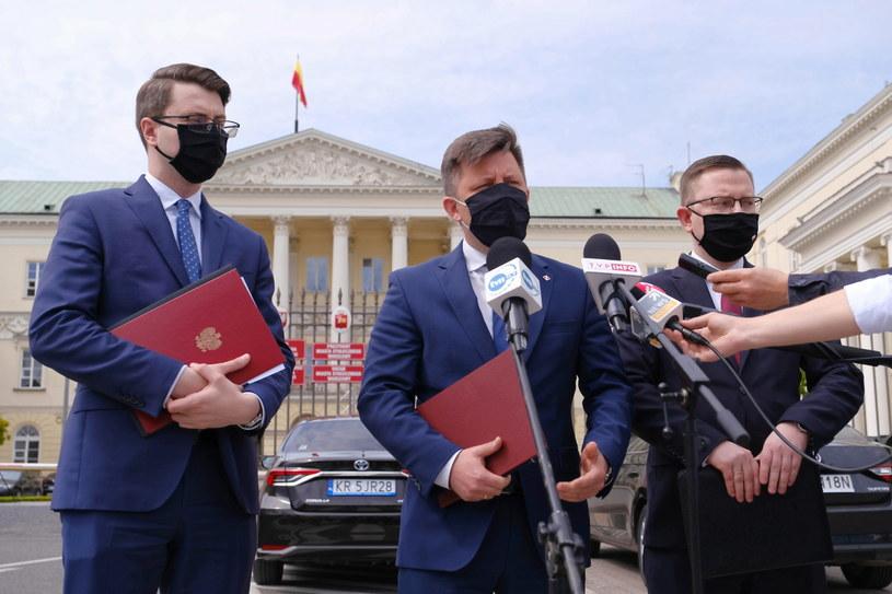 Członek Rady Ministrów Michał Dworczyk, rzecznik rządu Piotr Mueller oraz poseł PiS Krzysztof Kubów. /Mateusz Marek /PAP