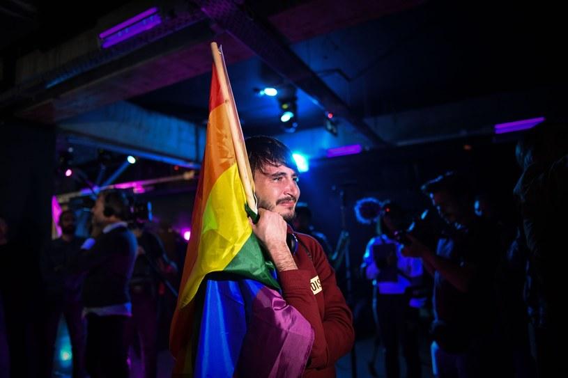 Członek społeczności LGBT czeka na wyniki referendum w Rumunii /DANIEL MIHAILESCU /East News