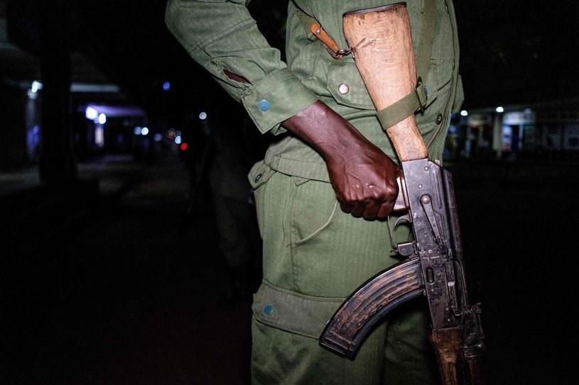 Członek ugandyjskich Lokalnych Jednostek Obrony. /SUMY SADURNI /AFP