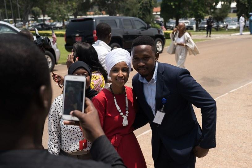 Członkini Izby Reprezentantów Ilhan Omar (po lewej) podczas wizyty w Parlamencie Ghany w Akrze /Natalija GORMALOVA /AFP