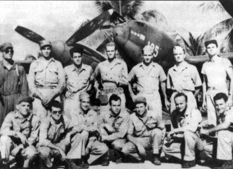 """Członkowie 339 FS na tle P-39, który zaliczył zestrzelenie """"Betty"""" adm. Yamamoto /Wikimedia Commons /materiały prasowe"""