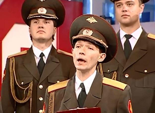 Członkowie Chóru Aleksanrowa w telewizyjnym studiu /
