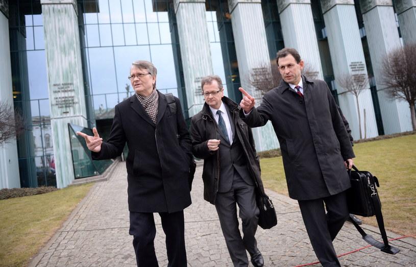 Członkowie delegacji Komisji Weneckiej: Christoph Grabenwarter (P) i Schnutz Rudolf Duerr (C) z Austrii i Kaarlo Tuori (L) z Finlandii przed siedzibą Sądu Najwyższego w Warszawie /Jacek Turczyk /PAP