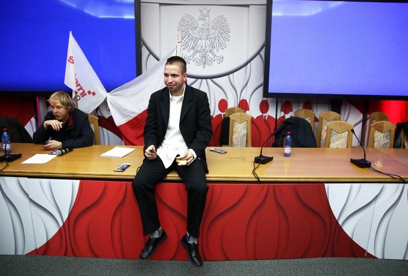 Członkowie grupy protestujących, którzy w trakcie manifestacji przed PKW wtargnęli do siedziby Państwowej Komisji Wyborczej i zajęli salę konferencyjną /Tomasz Gzell /PAP