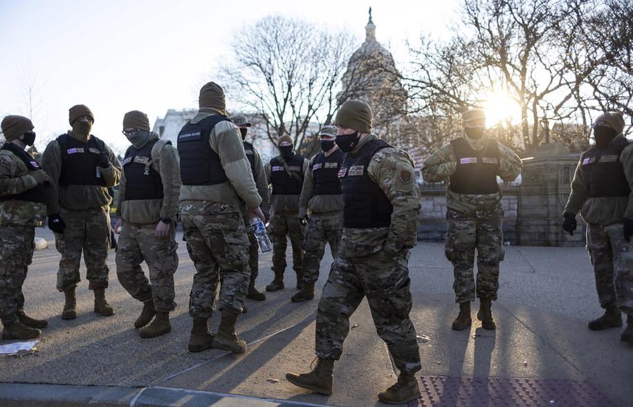 Członkowie Gwardii Narodowej Dystryktu Kolumbii przechodzą obok terenów Kapitolu Stanów Zjednoczonych w Waszyngtonie /JUSTIN LANE /PAP/EPA