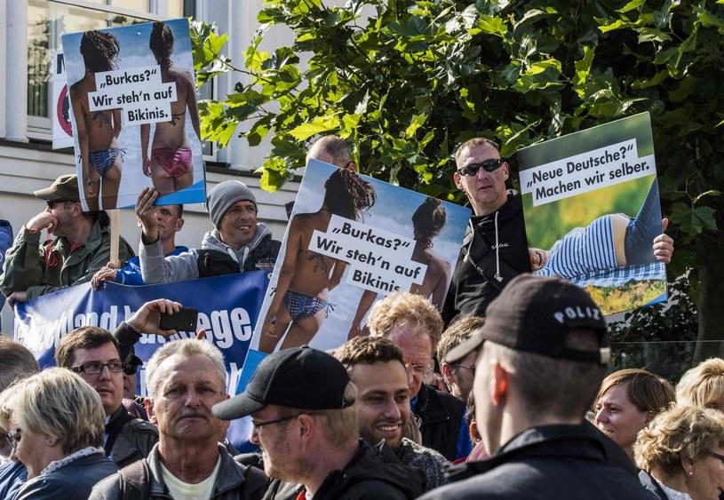Członkowie i sympatycy AfD protestują przeciw islamowi /JOHN MACDOUGALL /East News