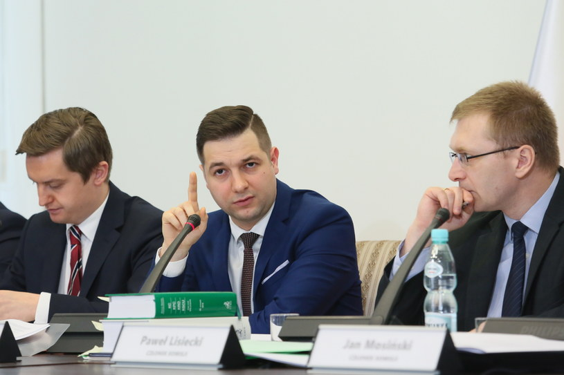 Członkowie komisji: Sebastian Kaleta, Patryk Jaki, Łukasz Kondratko, podczas pierwszej rozprawy przed komisją weryfikacyjną ds. reprywatyzacji. /Leszek Szymański /PAP
