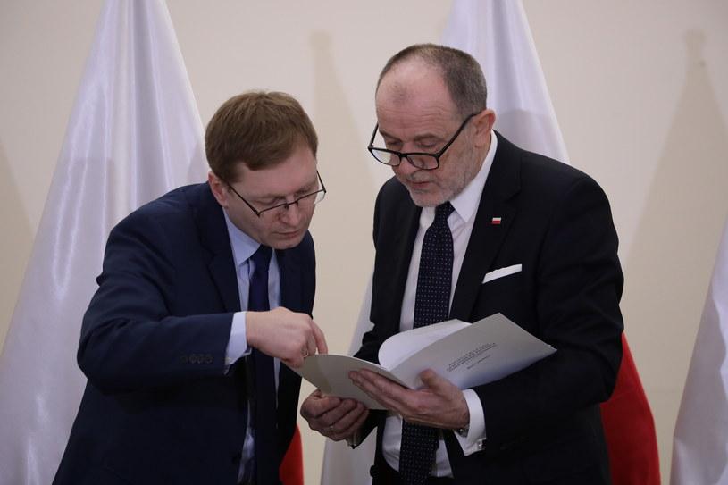 Członkowie Komisji Weryfikacyjnej, posłowie, od lewej: Paweł Lisiecki i Jan Mosiński podczas posiedzenia Komisji Weryfikacyjnej w sprawie nieruchomości położonej przy ul. Łochowskiej 38 /Tomasz Gzel /PAP