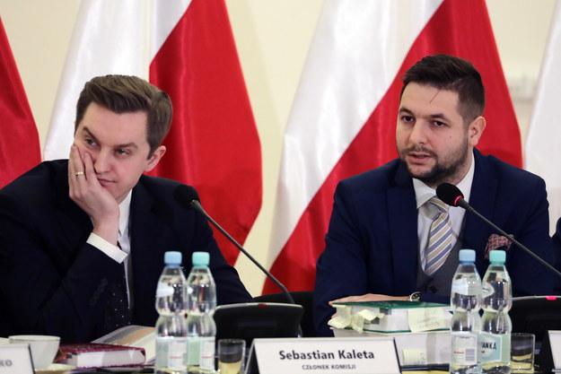 Członkowie Komisji Weryfikacyjnej, posłowie, od lewej: Sebastian Kaleta i przewodniczący Patryk Jaki. /Tomasz Gzell /PAP
