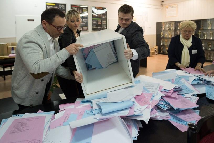 Członkowie komisji wysypują karty z urny po zakończeniu głosowania w obwodowej komisji /Grzegorz Michałowski /PAP