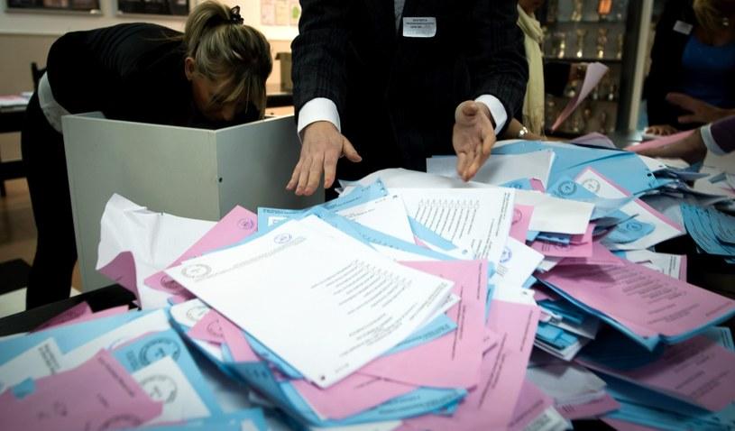 Członkowie komisji wysypują karty z urny po zakończeniu głosowania w obwodowej komisji wyborczych nr 186 w Łodzi /Grzegorz Michałowski /PAP
