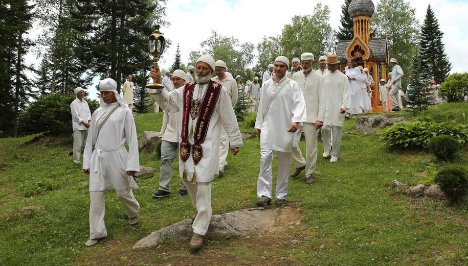 Członkowie kultu podczas obrzędu /Alexander Ryumin /PAP/EPA