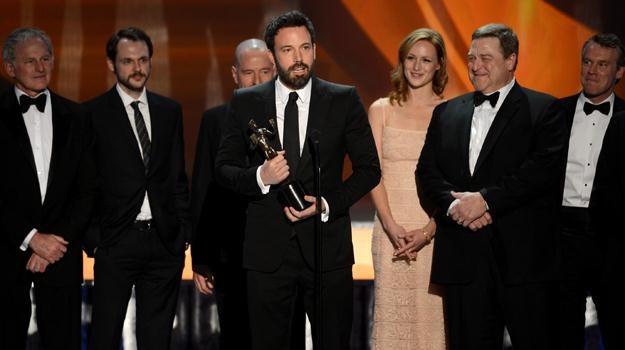 """Członkowie obsady """"Operacji Argo"""". Ze statuetką Ben Affleck / fot. Mark Davis /Getty Images/Flash Press Media"""