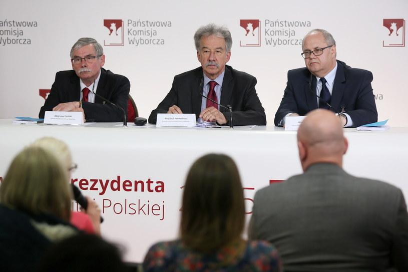 Członkowie Państwowej Komisji Wyborczej, od lewej: Zbigniew Cieślak, przewodniczący Wojciech Hermeliński i Wiesław Błuś, podczas konferencji nt. trwającej I tury wyborów prezydenckich /Tomasz Gzell /PAP