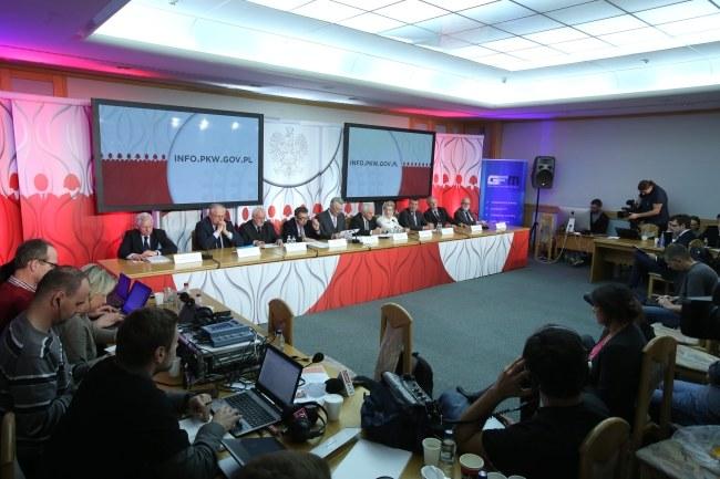 Członkowie PKW na konferencji prasowej /PAP/Leszek Szymański /PAP