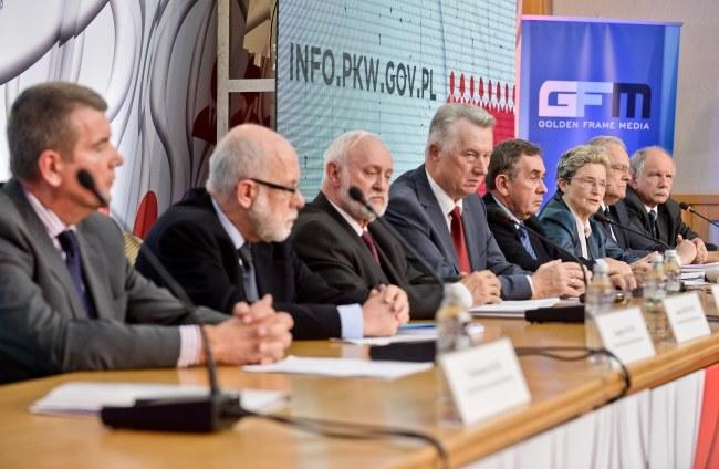 Członkowie PKW na konferencji prasowej /PAP/Marcin Obara /PAP