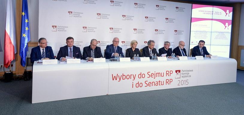 Członkowie PKW w swojej siedzibie /Marcin Obara /PAP