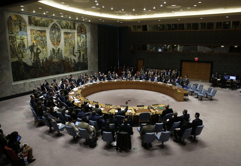 Członkowie Rady Bezpieczeństwa ONZ głosują nad przygotowaną przez Rosję rezolucją potępiającą międzynarodowe bombardowania w Syrii /JASON SZENES    /PAP/EPA