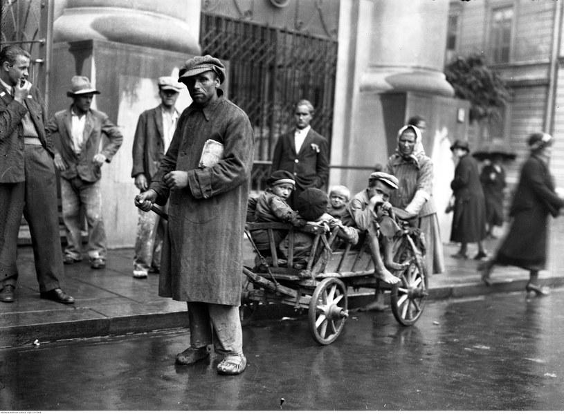 Członkowie rodziny bezrobotnego z drewnianym wózkiem na jednej z ulic Krakowa /Z archiwum Narodowego Archiwum Cyfrowego