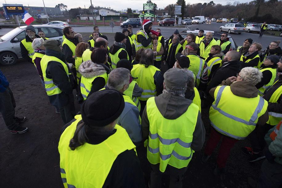 """Członkowie ruchu """"żółtych kamizelek"""" od kilku tygodni protestują we Francji (zdj. arch,) /CAROLINE BLUMBERG /PAP/EPA"""