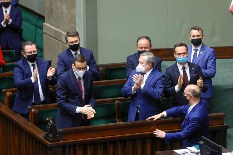 Członkowie rządu w Sejmie po głosowaniu nad ratyfikacją Funduszu Odbudowy /Rafał Guz /PAP