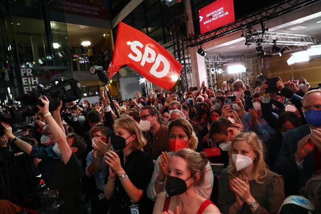 Członkowie SPD w siedzibie partii po ogłoszeniu wstępnych wyników wyborów /MAJA HITIJ / POOL /PAP/EPA