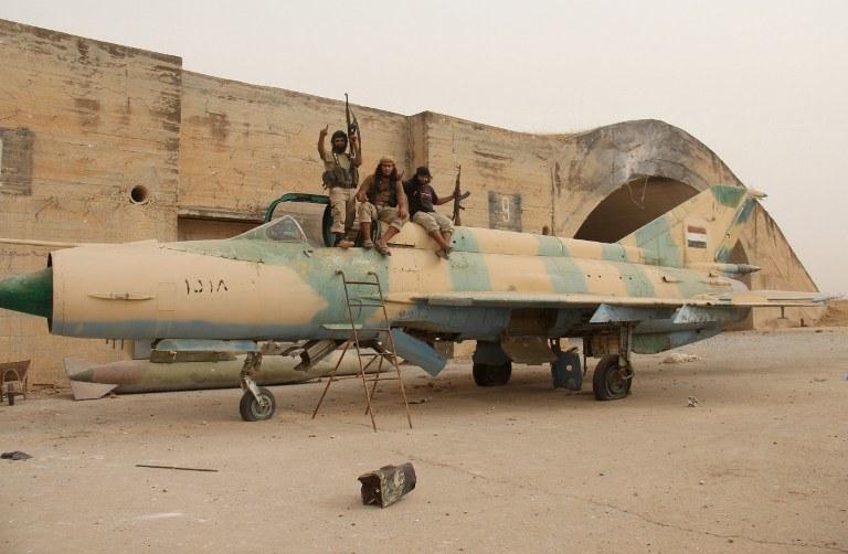 Członkowie syryjskiej Al-Kaidy na przejętym przez nich myśliwcu MiG-21, zdj. ilustracyjne /AFP