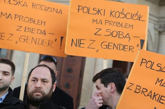 """Członkowie Twojego Ruchu zaprezentowali list otwarty """"Prawda nas wyzwoli!"""" nt. gender. Zdjęcie archiwalne z grudnia 2013 /Stanisław Rozpędzik /PAP"""