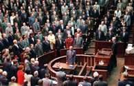 Członkowie Zgromadzenia Narodowego po uchwaleniu Konstytucji RP śpiewają hymn, 1997 /Encyklopedia Internautica