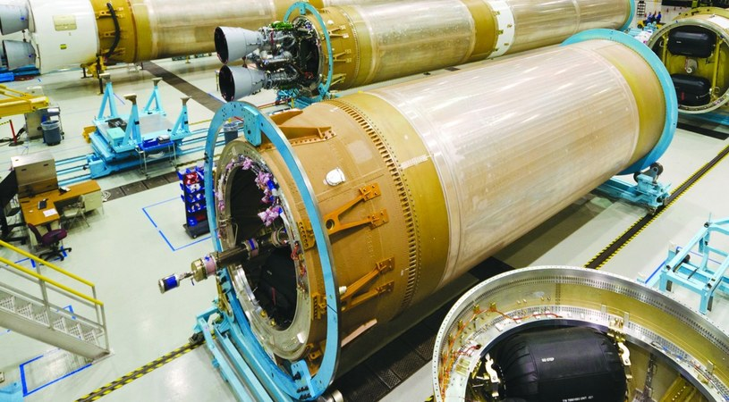 Człony rakiet Atlas V, wykorzystujące rosyjskie silniki RD-180, w hali produkcyjnej firmy ULA /materiały prasowe
