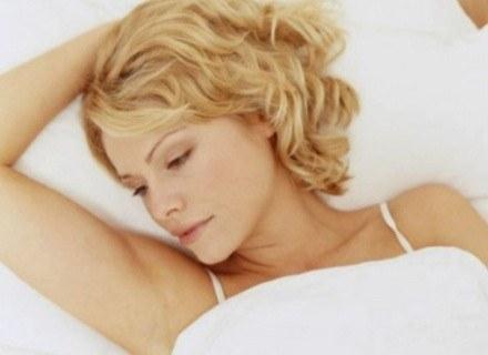 Człowiek dziennie potrzebuje od 6 do 8 godzin snu /INTERIA.PL
