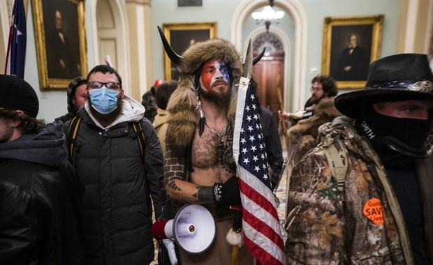 Człowiek w stroju szamana i mężczyzna z nogami na biurku. Kim są szturmujący Kapitol w stolicy USA?