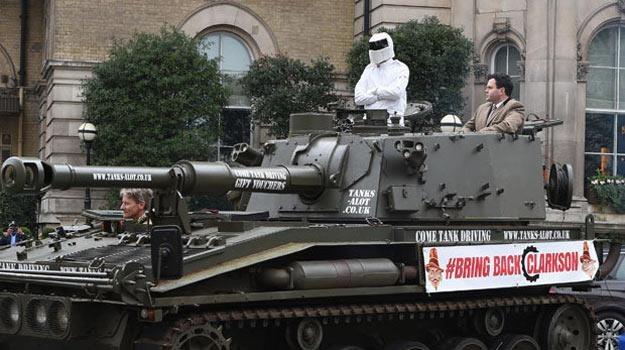"""Czoł protestacyjny z transparentem """"Przywrócić Clarksona!"""" /"""