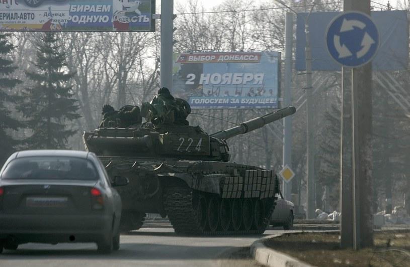 Czołg prorosyjskich separatystów na ulicy w Doniecku /PAP/EPA