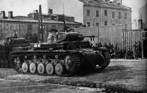 Czołg PzKpfw II Ausf. C na ulicach Warszawy we wrześniu 1939 roku /East News
