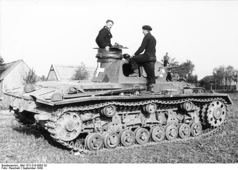 Czołg PzKpfw III w Polsce we wrześniu 1939 roku. Dobrze widoczne białe krzyże, które malowano jedynie w Polsce /Bundesarchiv Bild 101I-318-0083-32 /materiały prasowe