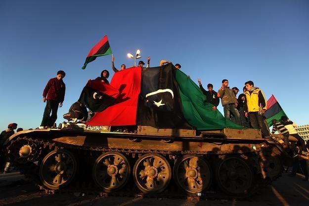 Czołg zdobyty przez powstańców i przykryty flagą rewolucji /AFP