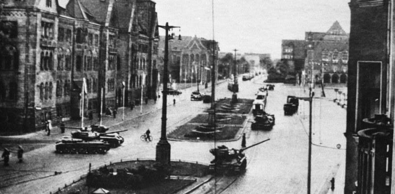 Czołgi na ulicy Armii Czerwonej i placu Stalina. Decyzję o użyciu wojska podjęło biuro polityczne KC PZPR... /East News