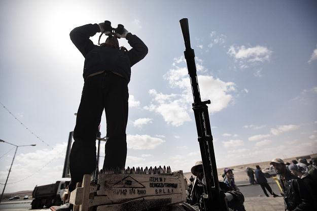 Czołgi należące do sił wiernych Muammarowi Kadafiemu zbliżają się do Zawii /AFP