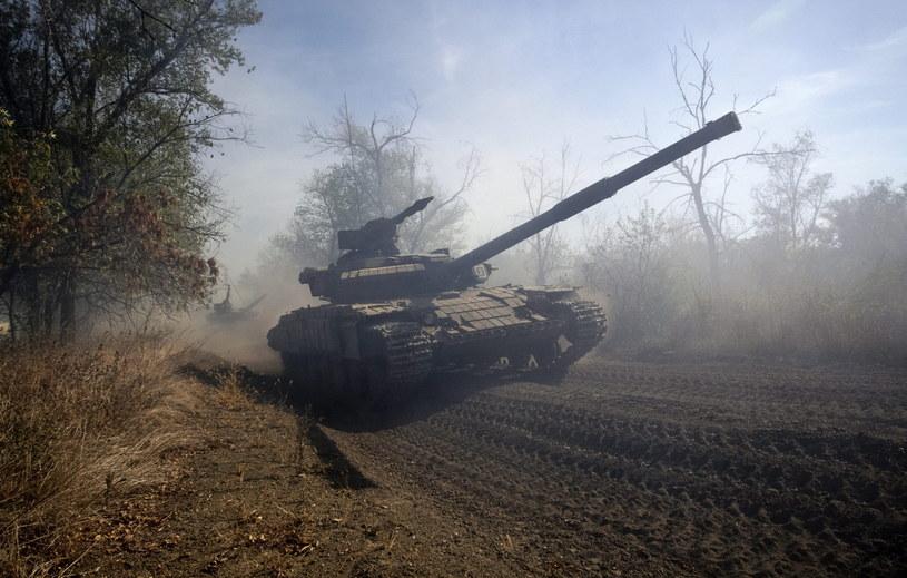 Czołgi odjeżdżają poza linię frontu w Donbasie /PAP/EPA