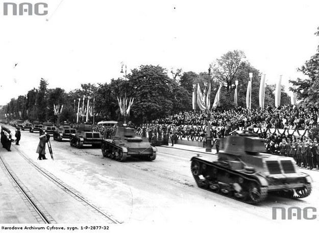 Czołgi polskiej konstrukcji 7 TP podczas defilady w Alejach Ujazdowskich 3 maja 1939 r. /Z archiwum Narodowego Archiwum Cyfrowego