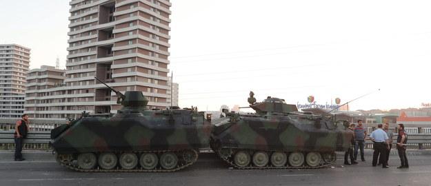 Czołgi tureckiej armii na jednej z głównych dróg Stambułu / PAP/EPA/TOLGA BOZOGLU /PAP/EPA