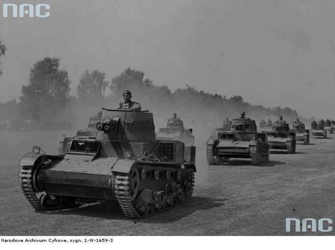 Czołgi Vickers E podczas ćwiczeń na poligonie (rok 1939) /Z archiwum Narodowego Archiwum Cyfrowego