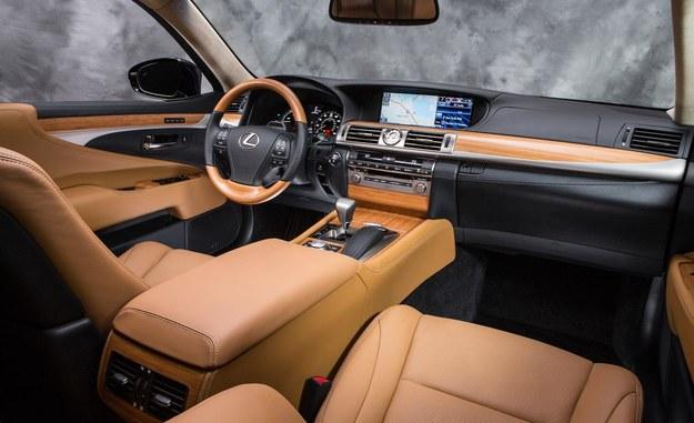 Czołowe miejsce w kabinie LS-a zajmuje 12,3-calowym ekran nowego systemu multimedialnego. Ukłonem w stronę dynamiki jest nowa, 3-ramienna kierownica o średnicy 38 cm (wcześniej: 39 cm). /Lexus