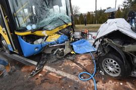 Czołowe zderzenie auta osobowego z autobusem