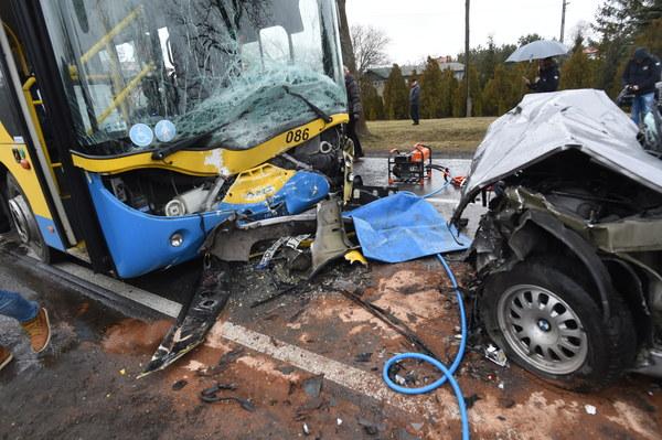 Miejsce wypadku na drodze krajowej nr 60, w okolicach miejscowości Grabków w powiecie kutnowskim.